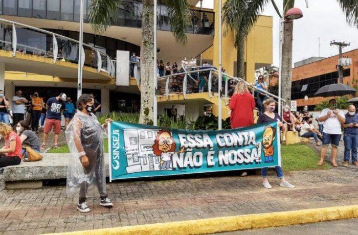 Servidores protestam dentro da Câmara de Joinville e polícia intervém