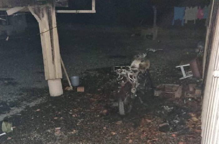 Fogo destrói moto, chamas se alastram e são apagadas por populares em Massaranduba