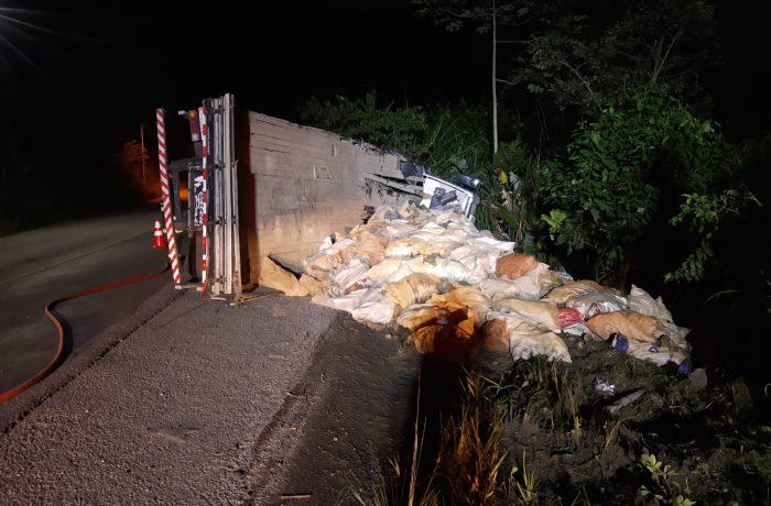 Caminhão sai da pista e tomba em Guaramirim