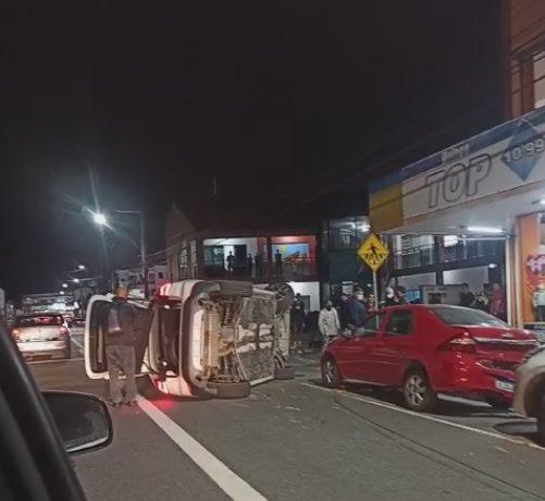 VÍDEO: BMW tomba no Centro de Jaraguá do Sul