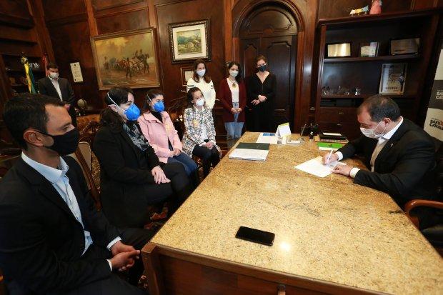 Governador sanciona lei que inclui lactantes no grupo prioritário da vacinação contra Covid-19 em SC
