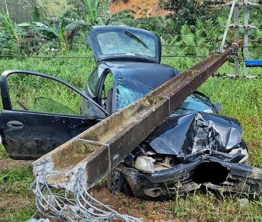 Carro bate em poste e vítima fica presa às ferragens em Massaranduba