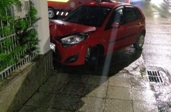 Motorista é socorrido após colisão contra muro em Schroeder
