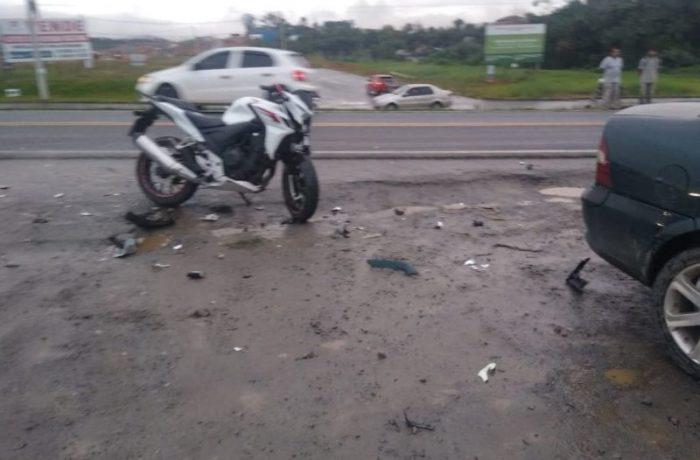 Homem morre após grave acidente entre carro e moto em Araquari